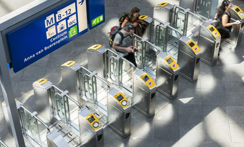 Checking in and out with your bank card: NS passengers in favour