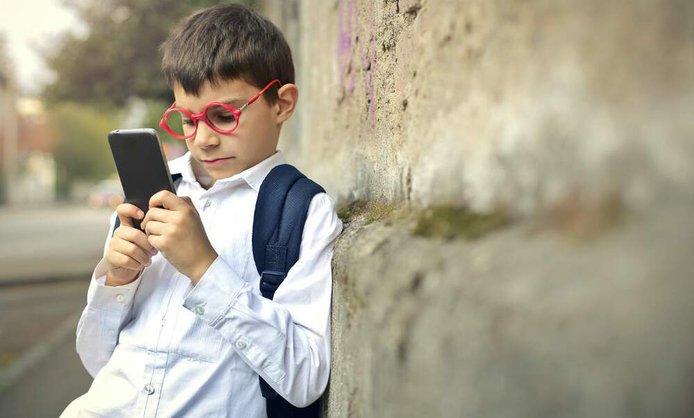 Dutch research: Smartphones to blame for near-sightedness in children