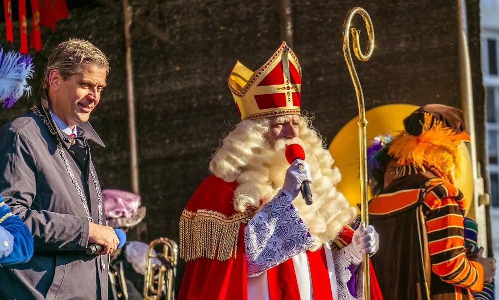 Hij komt, hij komt: Sinterklaas arrives in the Netherlands