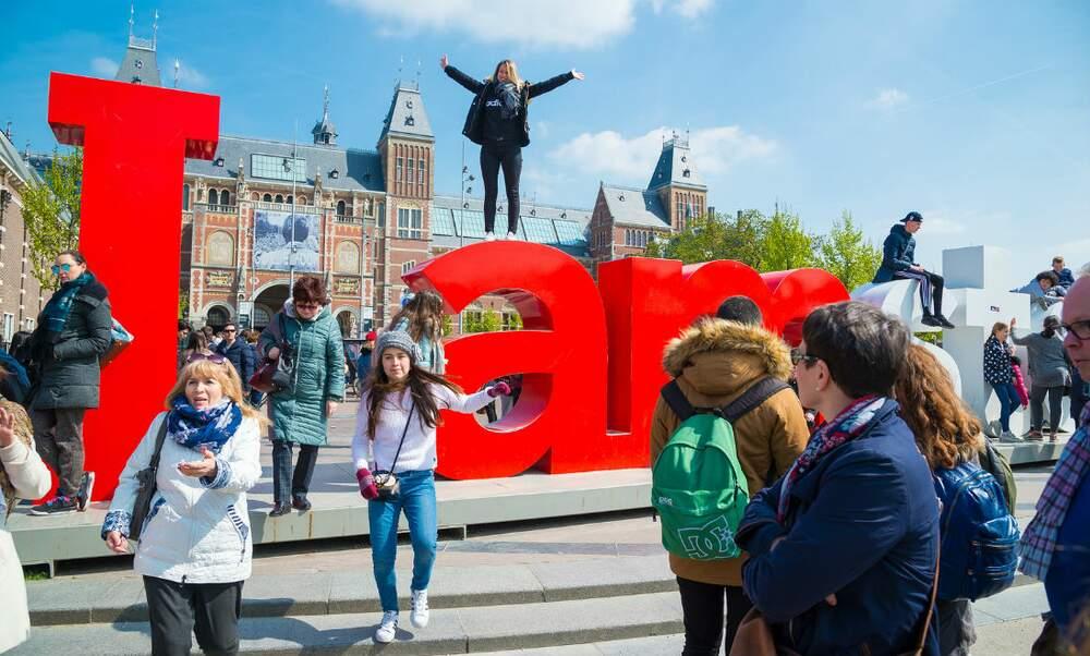Amsterdam city council cuts Airbnb rental period in half