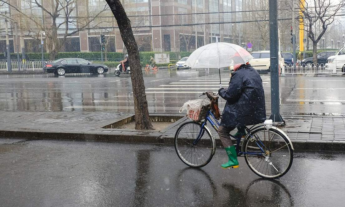 [Video] Could this umbrella be the solution to your rainy commute problems?