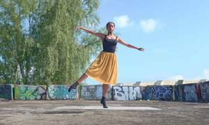 [Video] Ballet dancers in the quiet streets of Amsterdam