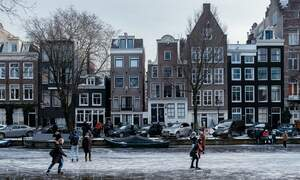 [Video] Dutch figure skating champion takes to frozen Amsterdam canals