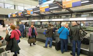 Schiphol launches separate queues for passengers without luggage