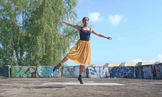 [Video] Ballet dancers in the quiet streets of Amsterdam
