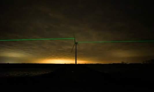 [UPDATE] Stunning laser light show on wind turbines by Dutch artist