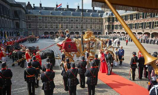 """Prime Minister to review King Willem's """"high"""" salary"""
